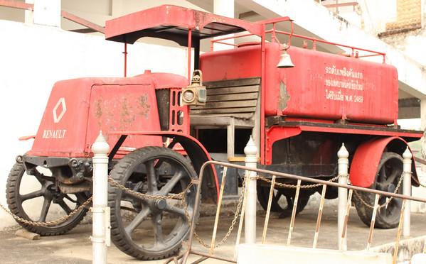 Древняя пожарная машина Рено